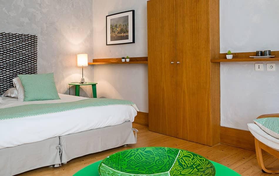 """Chambre """"Pangalanes"""" avec décoration verte au style de Madagascar"""