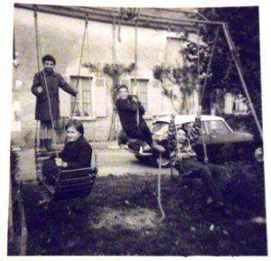 Les enfants jouent à la balançoire dans le jardin